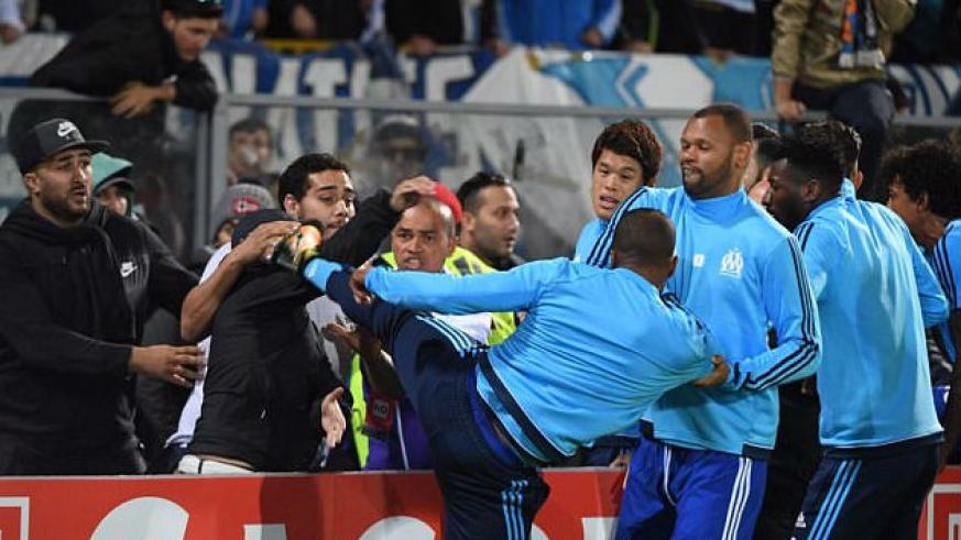 Patrice Evra kicked a Marseille fan in the head after being confronted before the game. / Internet photo