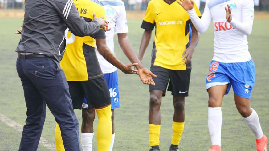 Mukura coach Haringingo calms down his player, who had gotten into confrontation with Rayon Sports midfielder Yannick Mukunzi, right, during the match. / Internet photo