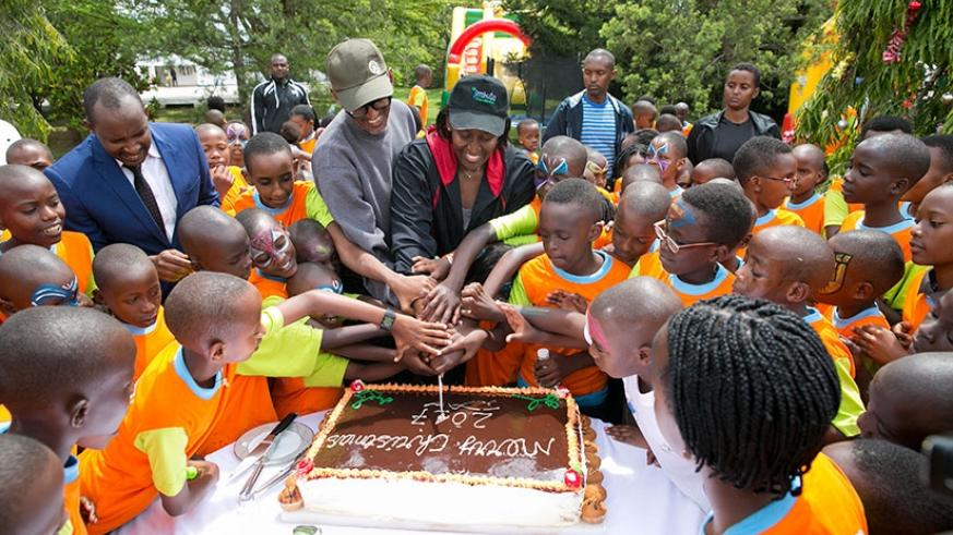 President Kagame and First Lady Jeannette Kagame joined children at the annual End of Year Children's Party to cut the cake at Village Urugwiro yesterday. Courtesy.