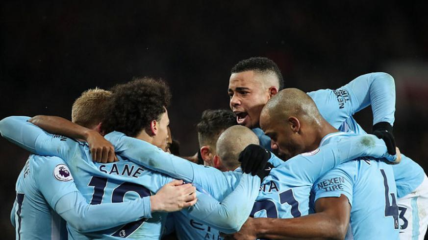 Silva celebrates with his team-mates as Manchester City take the lead during a dominant first-half display at Old Trafford. / Internet photo