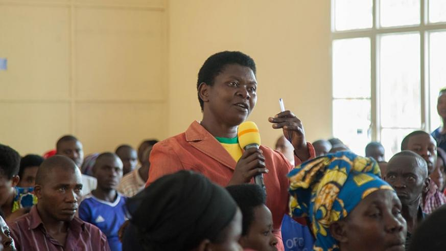 A resident of Kinyinya asks a question during the launch of the campaign in Gasabo District on Wednesday. (Photos by Nadege Imbabazi)