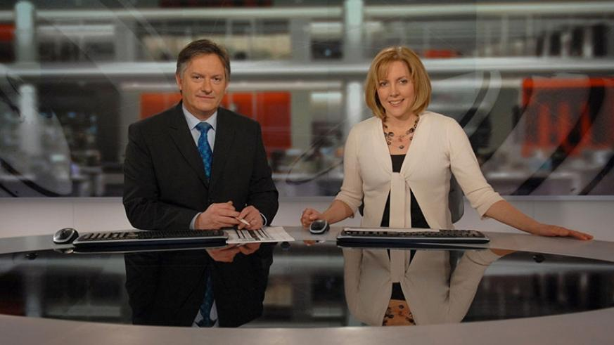BBC News presenters Simon McCoy and Carrie Gracie in 2008. (Net photo)