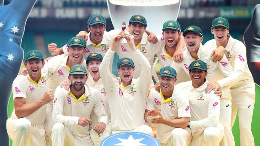 Steve Smith raises the urn as Australia celebrate sealing a 4-0 Ashes victory over England at the SCG on Monday. (Net photo)