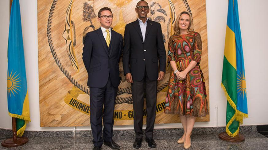 President Kagame with the outgoing UK High Commissioner to Rwanda, William Gelling, and his wife Lucy Gelling, at Village Urugwiro in Kigali yesterday. Courtesy.