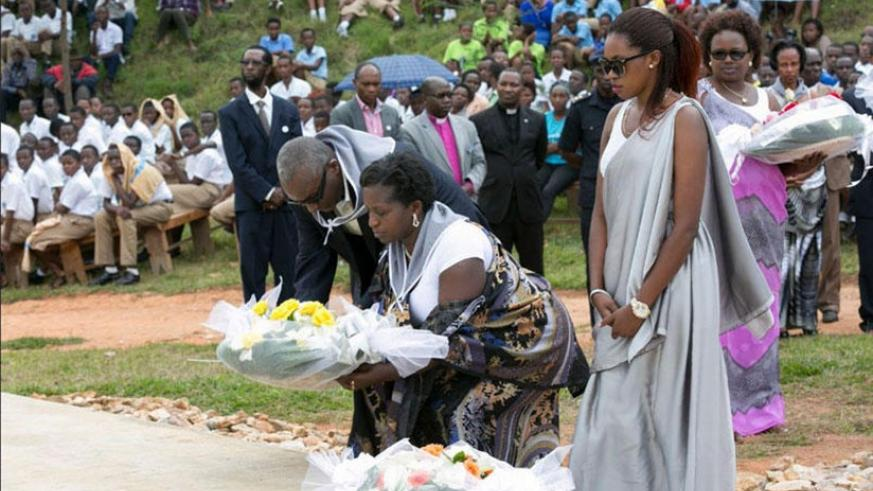 Residents of Muhanga District lay a wreath during the commemoration of the victims of the1994 Genocide against the Tutsi, in 2016. Net.