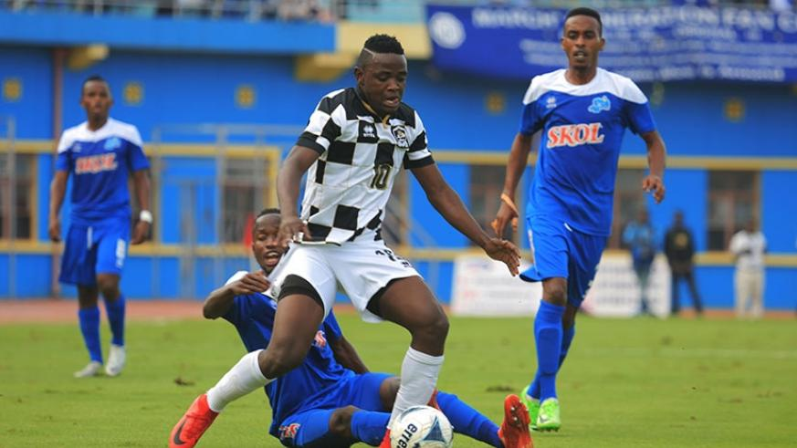 APR FC attacking midfielder Muhadjiri Hakizimana beats Rayon Sports defender Thierry Manzi to the ball at Amahoro stadium yesterday. Sam Ngendahimana.