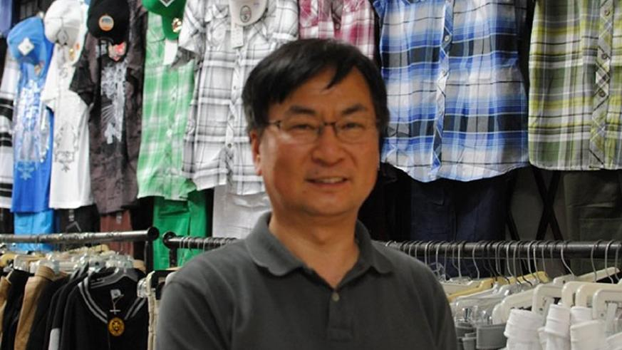 A trader dealing in China-made textile products at a mall in Milwaukee, Wisconsin in the United States. / Net.