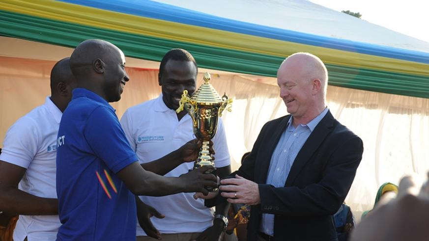 Daniel Gies (right) receives the second best exhibitor award from Ngoma District vice-mayor for economic affairs Jean Marie Vianney Rwiririza. / Jean de Dieu Nsabimana.