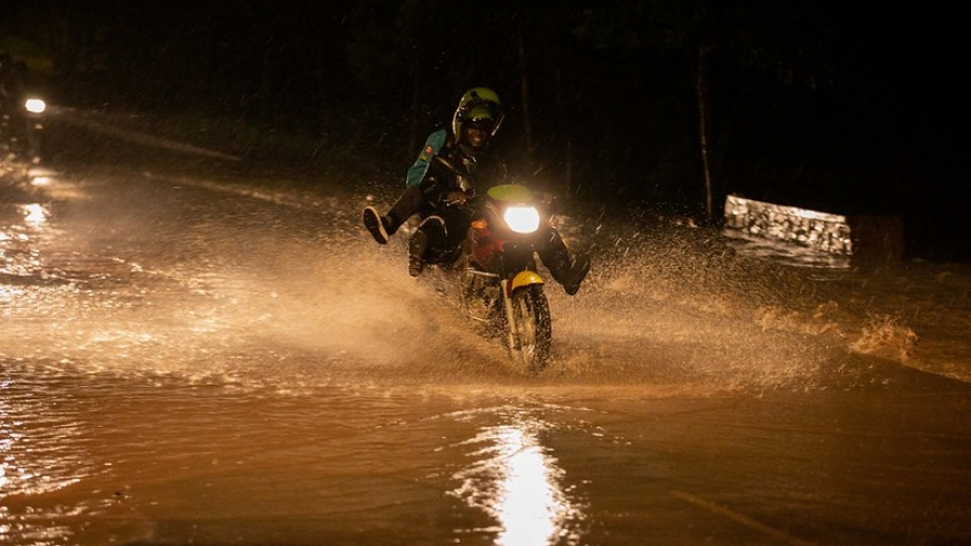 Road users struggling to pass through a flooded road in Kigali, on Monday, 03 March./ Emmanuel Kwizera